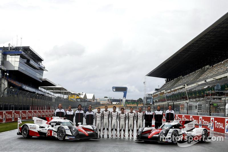 Командне фото: #5 Toyota Racing Toyota TS050 Hybrid: Олів'є Пла, Стефан Мюке, Біллі Джонсон і #6 Toy