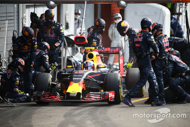 Max Verstappen, Red Bull Racing RB12 pit stop
