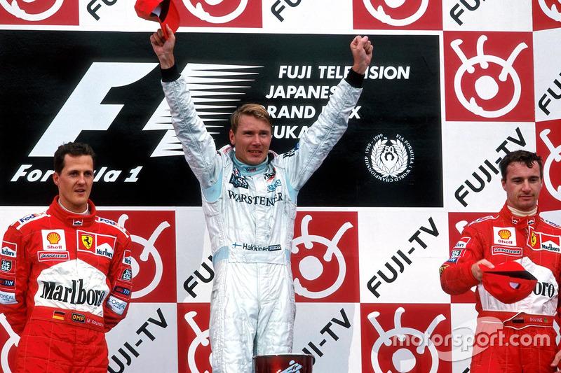Podium: Ganador de la carrera y Campeón del mundo Mika Hakkinen, McLaren Mercedes, segundo, Michael Schumacher, Ferrari, tercero, Eddie Irvine, Ferrari