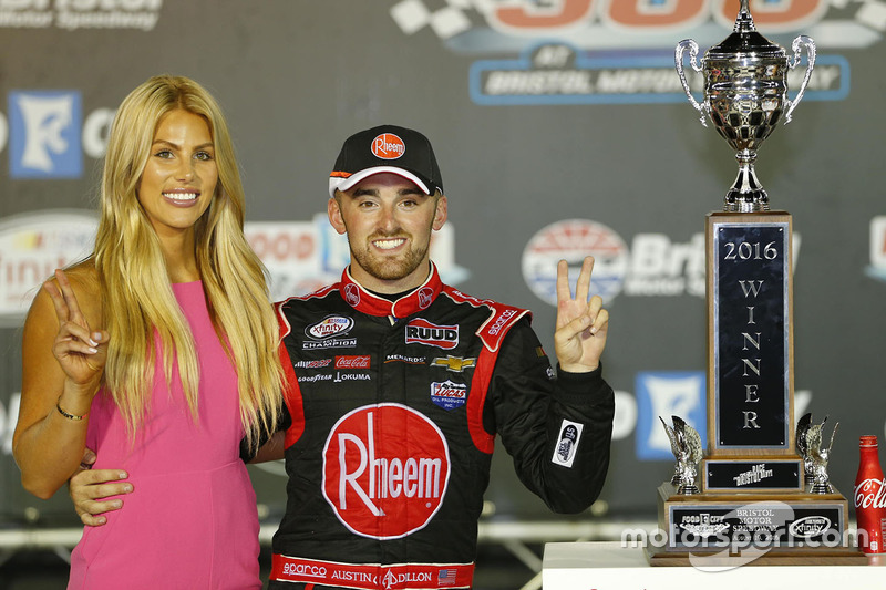 Il vincitore della gara Austin Dillon, Richard Childress Racing Chevrolet con la fidanzata Whitney Ward