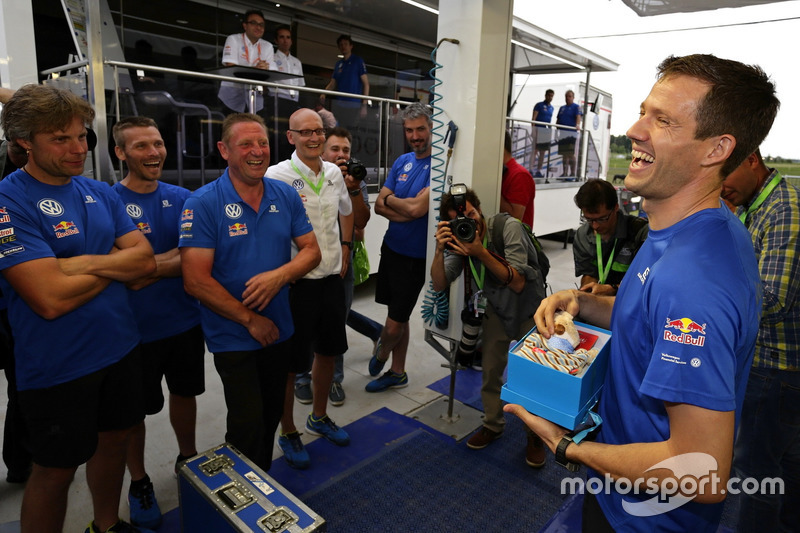 Takım, Sébastien Ogier, Volkswagen Motorsport'u oğlu Tim'in doğumu konusunda kutluyor