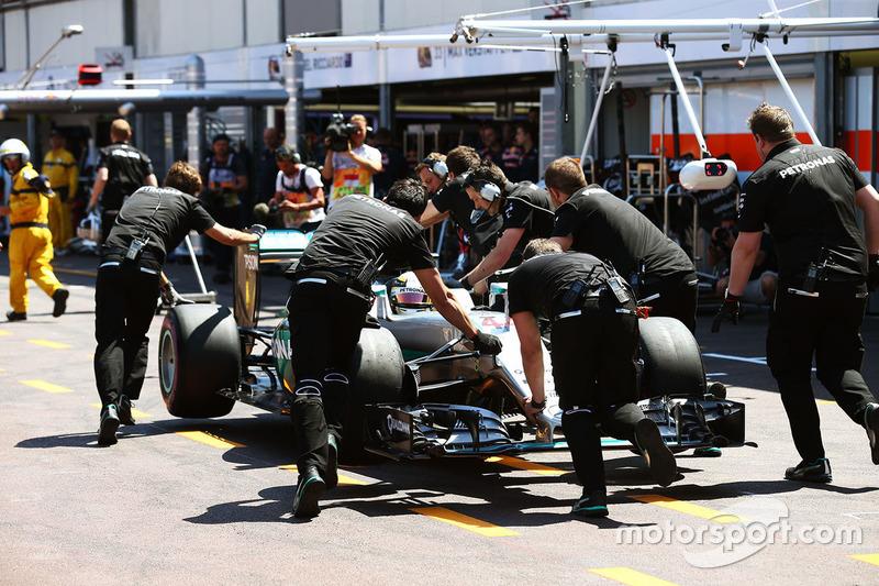 Lewis Hamilton, Mercedes AMG F1 W07 Hybrid, wird zurückgeschoben
