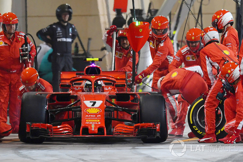 Kimi Raikkonen, Ferrari SF71H pitten çıkarken mekanikere çarpıyor