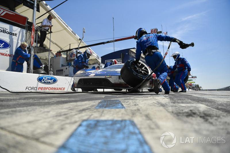 #66 Chip Ganassi Racing Ford GT, GTLM: Dirk Müller, Joey Hand, pit stop