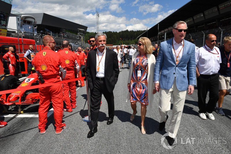 Chase Carey, Chief Executive Officer ed Executive Chairman del Formula One Groupe Sean Bratches, Formula One Managing Director, operazioni commerciali, in griglia