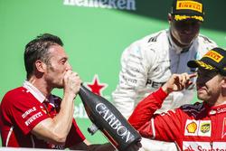 Podyum: Giuseppe Vietina, Yarış Operasyonları Şefi, Ferrari ve yarış galibi Sebastian Vettel, Ferrari