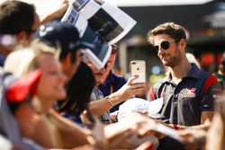 Romain Grosjean, Haas F1 Team, con algunos fans