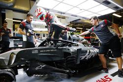 Antonio Giovinazzi, Haas F1 Team VF-17, con il dispositivo halo