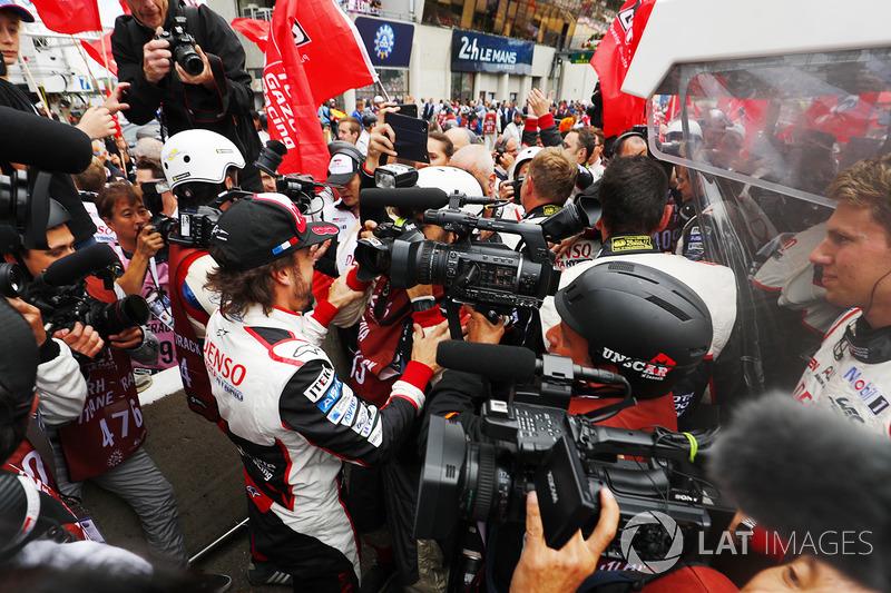 Fernando Alonso, Toyota Gazoo Racing, celebra con el equipo
