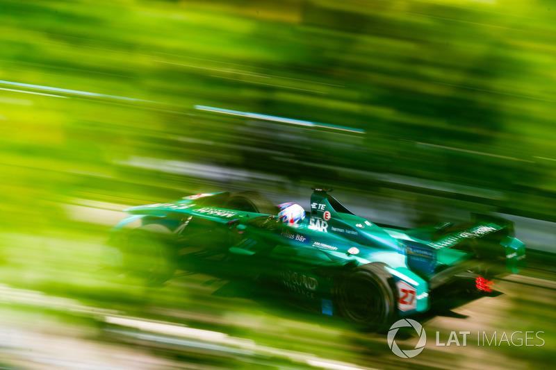 Emerson Fittipaldi, ex campeón del mundo de F1 y ganador de las 500 Millas de Indianápolis, pilota un coche de Fórmula E