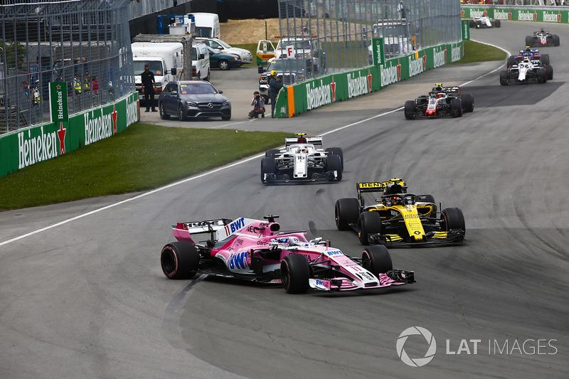 Sergio Perez, Force India VJM11, se va a la hierba tras tocarse con Carlos Sainz