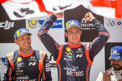 Podio: ganadores Thierry Neuville, Nicolas Gilsoul, Hyundai Motorsport Hyundai i20 Coupe WRC