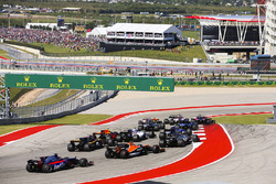 Nico Hulkenberg, Renault Sport F1 Team RS17, Stoffel Vandoorne, McLaren MCL32, Brendon Hartley, Scuderia Toro Rosso STR12, chase the pack at the start