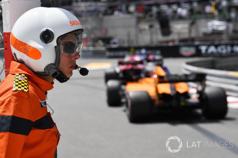 Fernando Alonso, McLaren MCL33 y un oficial