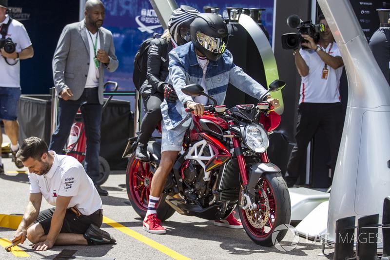 Lewis Hamilton, Mercedes-AMG F1 en su motocicleta MV Agusta