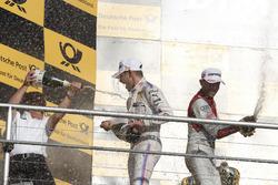 Подиум: гонщик BMW Team RMG Марко Виттман и руководитель BMW Team RMG Штефан Райнхольд, Рене Раст, Audi Sport Team Rosberg