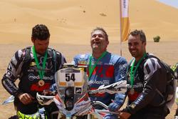 Pablo Toral, Nicola Dutto y Julián Villarrubia tras terminar el Afriquia Merzouga