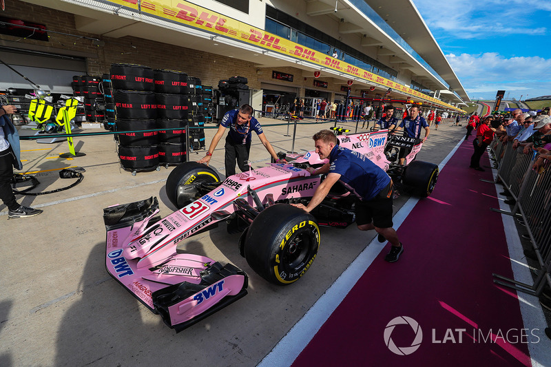 Mecánicos con el Sahara Force India VJM10 en pit lane