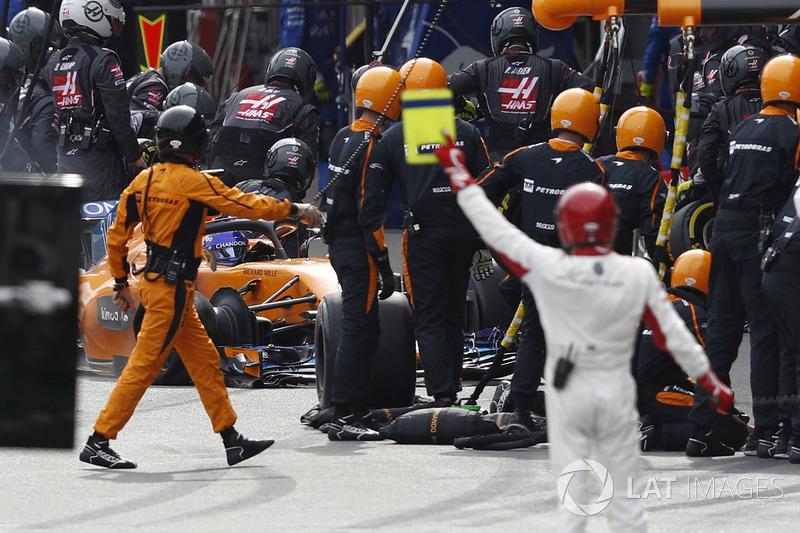 Fernando Alonso, McLaren MCL33 Renault, hasarla pite dönüyor