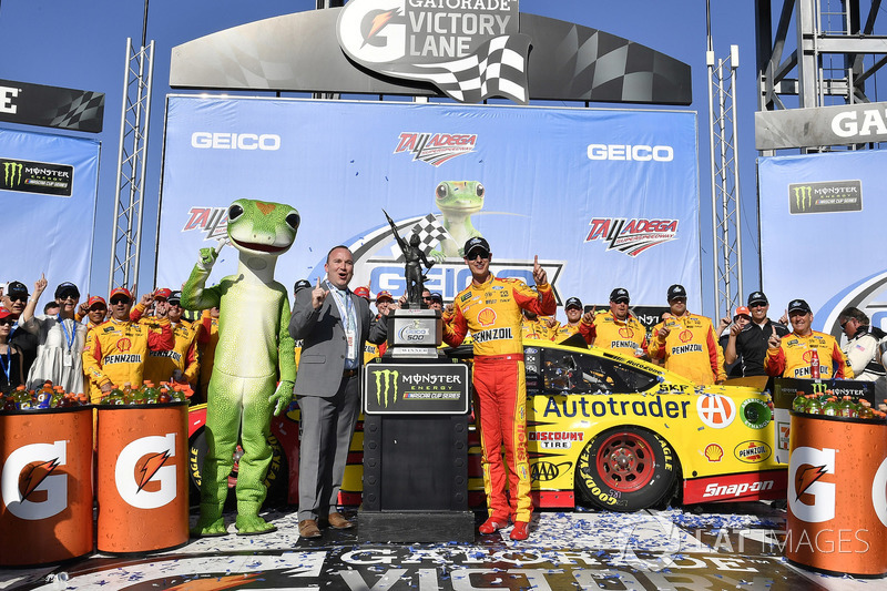 Joey Logano, Team Penske, Ford Fusion Shell Pennzoil merayakan kemenangan di Victory Lane