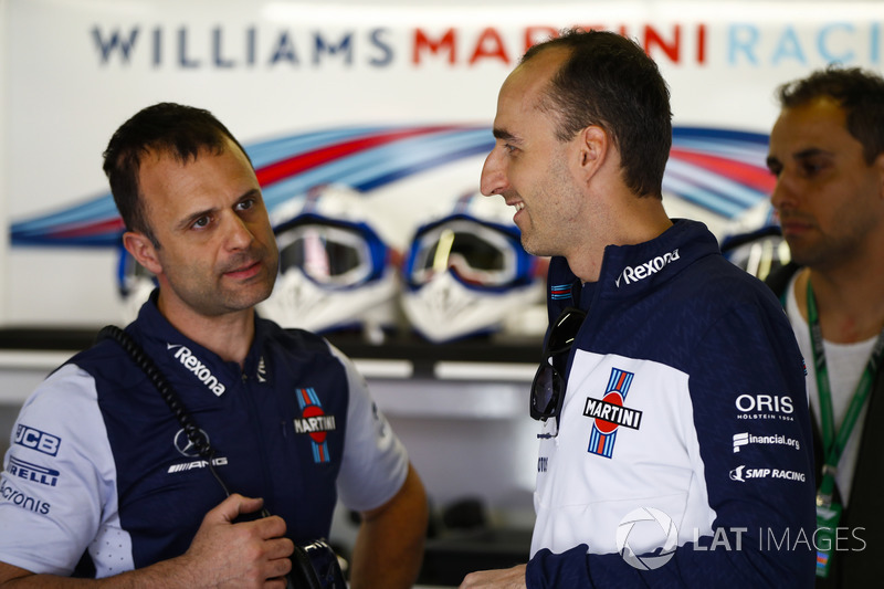 Robert Kubica, Williams Martini Racing, habla con un colega