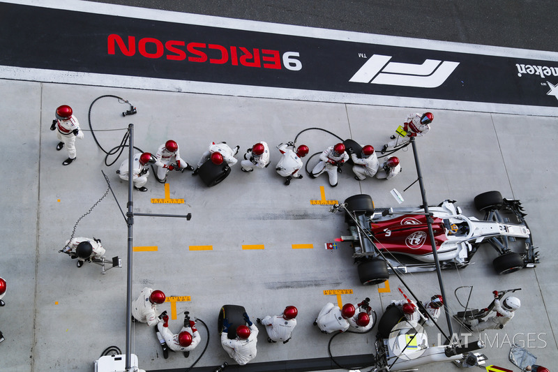 Marcus Ericsson, Sauber C37 Ferrari, lascia il box dopo un pit stop