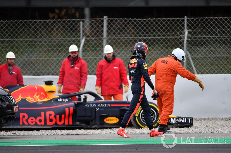 Max Verstappen, Red Bull Racing RB14 span into the gravel