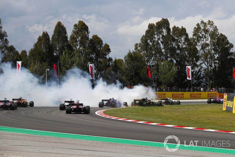 Romain Grosjean, Haas F1 Team VF-18, gira causando un accidente que implica a Nico Hulkenberg, Renault Sport F1 Team R.S. 18, y Pierre Gasly, Toro Rosso STR13