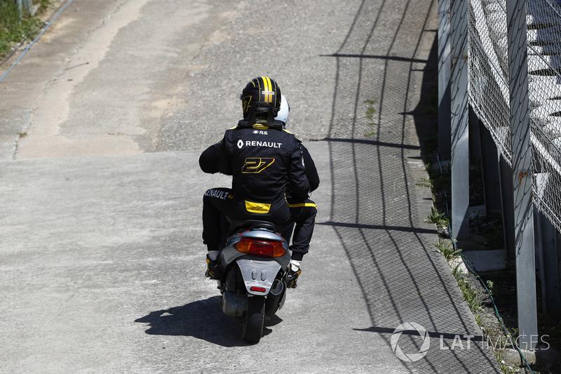 Nico Hulkenberg, Renault Sport F1 Team R.S. 18., riceve un passaggio per tornare ai box