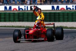 Michael Schumacher, Ferrari, Giancarlo Fisichella, Jordan'ı aracının üstünde taşıyor