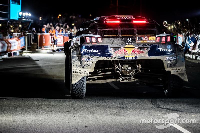 Pemenang #303 Peugeot Sport Peugeot 3008 DKR: Carlos Sainz, Lucas Cruz