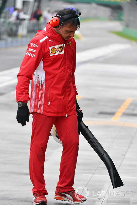 Ferrari mechanic dries the pit box