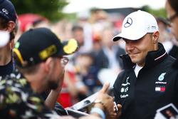 Valtteri Bottas, Mercedes AMG F1, firma autógrafos para fanáticos