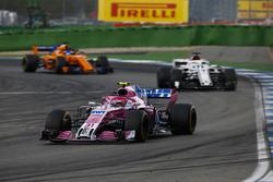 Esteban Ocon, Force India VJM11, Marcus Ericsson, Sauber C37 y Fernando Alonso, McLaren MCL33
