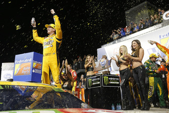 Il vincitore della gara Kyle Busch, Joe Gibbs Racing, Toyota Camry M&M's