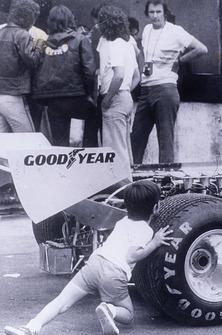 Christian Fittipaldi tentando emurrar o carro da Copersucar sob os olhares do pai, Wilson Fittipaldi