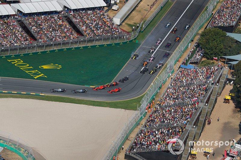 Valtteri Bottas, Mercedes AMG W10, devant Lewis Hamilton, Mercedes AMG F1 W10, Sebastian Vettel, Ferrari SF90, Max Verstappen, Red Bull Racing RB15, Charles Leclerc, Ferrari SF90, et le reste du peloton dans le premier virage