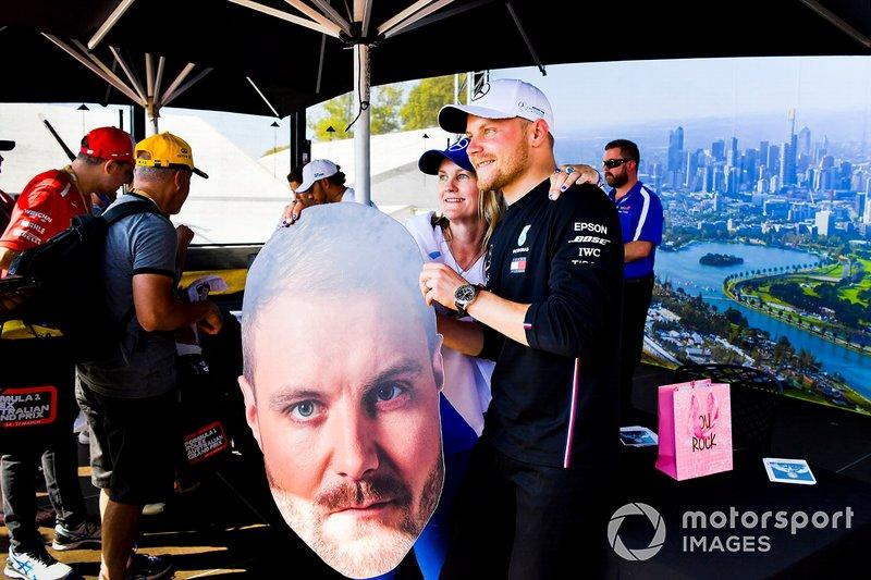 Valtteri Bottas, Mercedes AMG F1, posa per una foto con una tifosa