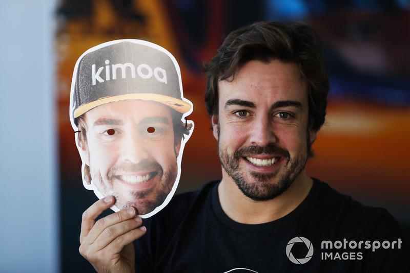 Fernando Alonso, McLaren, con una máscara