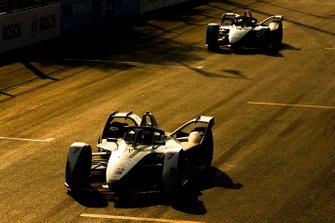 Jose Maria Lopez, GEOX Dragon Racing, Penske EV-3 leads Mitch Evans, Panasonic Jaguar Racing, Jaguar I-Type 3
