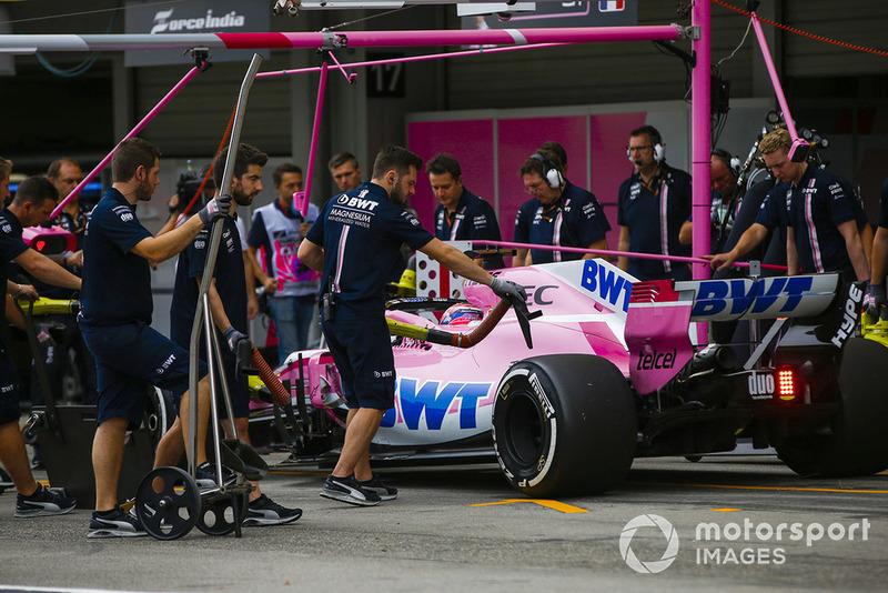 Sergio Perez, Racing Point Force India VJM11, dans les stands