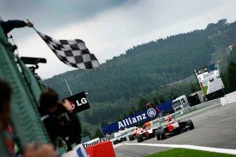 Adrien Tambay, Manor Racing, passe sous le drapeau à damier en vainqueur, devant Alexander Rossi, ART Grand Prix, et Miki Monras, MW Arden