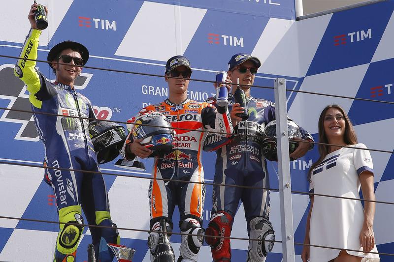 Victoria de Pedrosa en San Marino 2016, con Rossi y Lorenzo en el podio