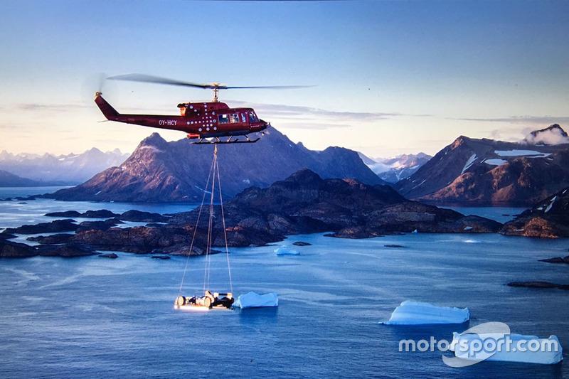 وصول  سيارة فورمولا إي بواسطة المروحية