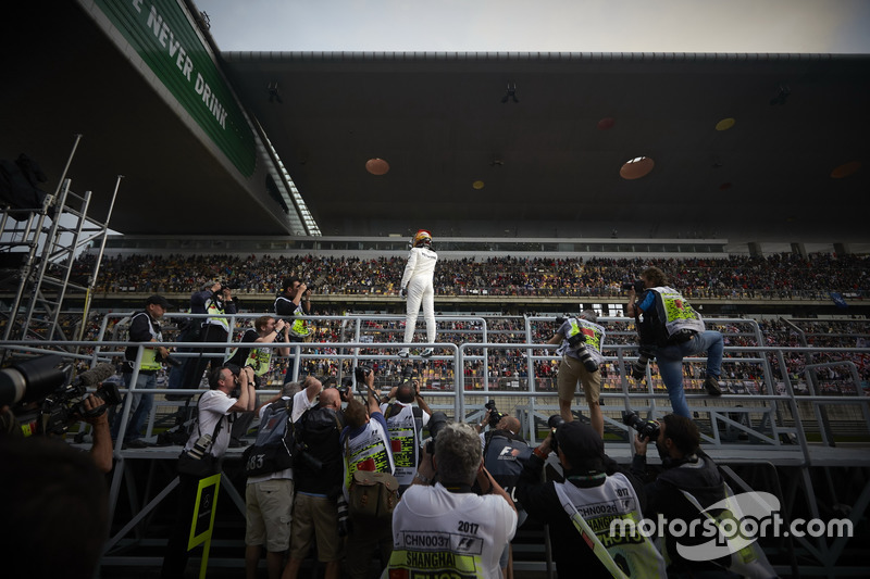 Гран Прі Китаю. Льюіс Хемілтон, Mercedes AMG, святкує з фанатами