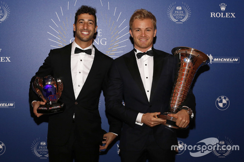 Campeón mundial Nico Rosberg Mercedes AMG F1, Daniel Ricciardo, Red Bull Racing