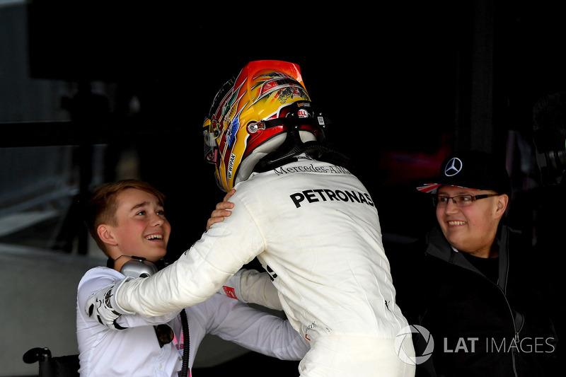 Il vincitore della gara  Lewis Hamilton, Mercedes AMG F1 W08 festeggia nel parco chiuso, Billy Monger