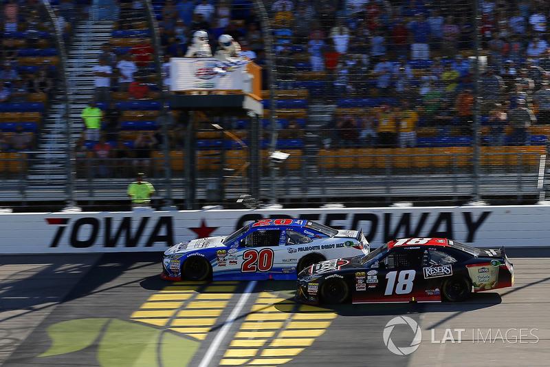 Ryan Preece, Joe Gibbs Racing Toyota pilotos bajo la bandera a cuadros para ganar