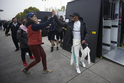 Lewis Hamilton, Mercedes AMG, salue un fan