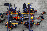 Max Verstappen, Red Bull Racing RB13, maakt een pitstop